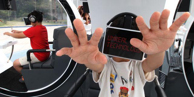 Barn i Sydkorea använder VR-glasögonen Oculus Rift, 2014. Ahn Young-joon / TT / NTB Scanpix