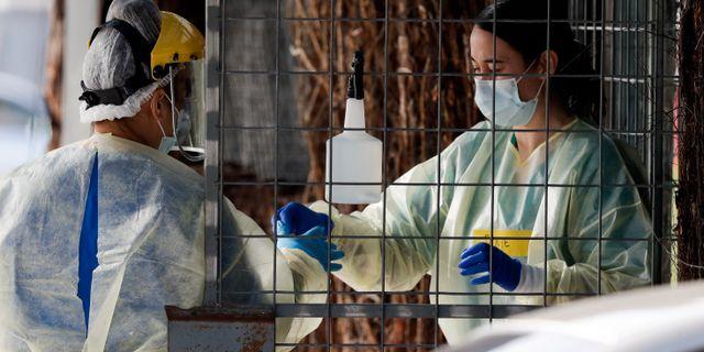 Sjukvårdspersonal genomför coronatest. Mark Baker / TT NYHETSBYRÅN