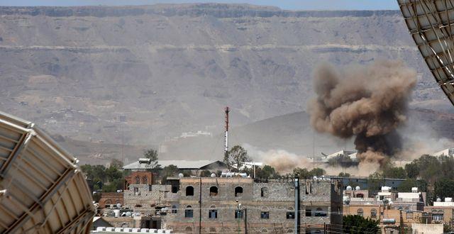 Rök stiger efter ett bombanfall. Hani Mohammed / TT NYHETSBYRÅN