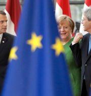 Arkivbild: Frankrikes president Emmanuel Macron, Tysklands förbundskansler Angela Merkel och EU:s ekonomikommissionär Paolo Gentiloni, tidigare premiärminister i Italien.  Olivier Matthys / TT / NTB Scanpix