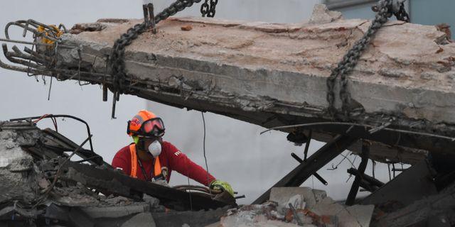 Rädningsarbetare vid kontorsbyggnaden Alvaro Obregon 286 i Mexico City. PEDRO PARDO / AFP