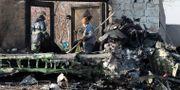 Räddningstjänst arbetar på den plats där flygolyckan inträffade.  - / AFP