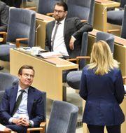 Jimmie Åkesson (SD) i bakgrunden, Ulf Kristersson (M) och Ebba Busch (KD) i förgrunden.  Henrik Montgomery/TT / TT NYHETSBYRÅN