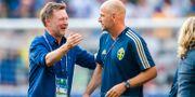 Peter Gerhardsson kramar om assisterande förbundskapten Magnus Wikman. SIMON HASTEGÅRD / BILDBYRÅN