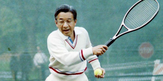 Dåvarande kronprinsen Akihito spelar tennis hemma hos dåvarande vicepresidenten i USA George Bush 1987. JEROME DELAY / AFP