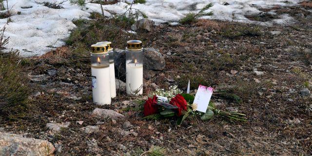 Blommor och tända ljus utmed vägen där olyckan inträffade.  Nisse Schmidt/TT / TT NYHETSBYRÅN