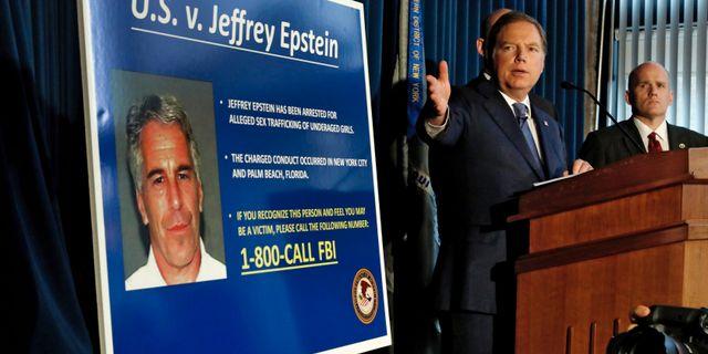 Polisen informerar om att Epstein gripits. Richard Drew / TT NYHETSBYRÅN/ NTB Scanpix