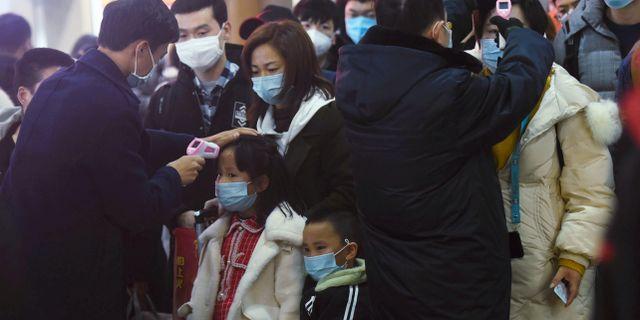 Tågpersonal mäter kroppstemperaturer på passagerare i Hangzhou. China Daily CDIC / TT NYHETSBYRÅN