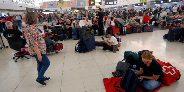 Strandade passagerare väntar på att få resa hem.  BORJA SUAREZ / TT NYHETSBYRÅN