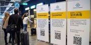 Arkivbild: Passagerare på Arlanda möts av informationstavlor om det nya coronaviruset JONATHAN NACKSTRAND / TT NYHETSBYRÅN
