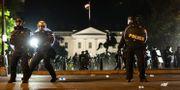 Polis framför Vita Huset i Washington på söndagen. Alex Brandon / TT NYHETSBYRÅN