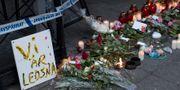 Blommor på mordplatsen. BJÖRN LARSSON ROSVALL / TT / TT NYHETSBYRÅN