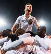 AIK-spelare firar under gruppspelet.  MAXIM THORE / BILDBYRÅN