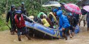 Indiska soldater och frivilliga transporterar offer till säkrare områden. TT NYHETSBYRÅN