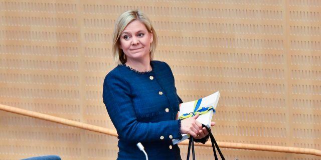 Finansminister Magdalena Andersson (S) kommer till riksdagens plenisal med vårbudgeten för budgetdebatten Jonas Ekströmer/TT / TT NYHETSBYRÅN