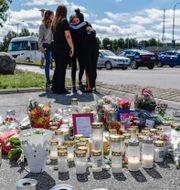 Människor på plats vid den bensinmack där 12-åriga Adriana sköts ihjäl i Botkyrka/Illustrationsbild TT