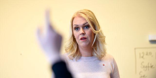 Lena Hallengren, barn-, äldre- och jämställdhetsminister, (S) håller pressträff om att barnkonventionen blir svensk lag. Hossein Salmanzadeh / TT / TT NYHETSBYRÅN
