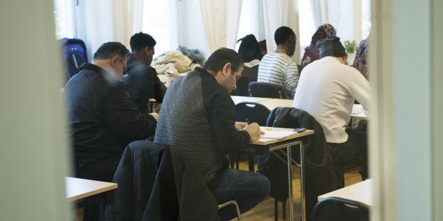 Illustrationsbild. Asylsökande lär sig svenska på ett utbildningscenter för SFI, svenska för invandrare. Fredrik Sandberg/TT / TT NYHETSBYRÅN