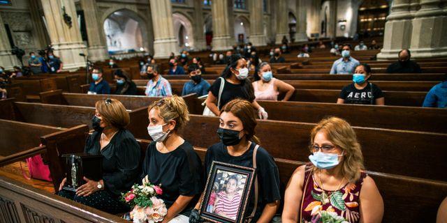 Anhöriga till personer som dött i covid-19 i Mexico håller ceremoni i New York. Eduardo Munoz Alvarez / TT NYHETSBYRÅN