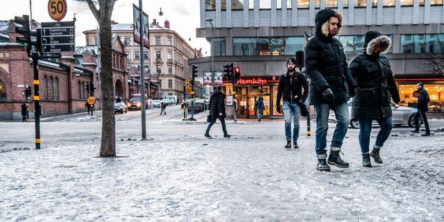 Ishalka. Isiga trottarer vid Birger Jarlsgatan i Stockholm. Tomas Oneborg/SvD/TT / TT NYHETSBYRÅN