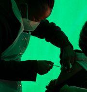 Vacination i Sydafrika. Denis Farrell / TT NYHETSBYRÅN
