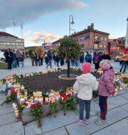 Blommor och ljus för offren i Kongsberg. Pal Nordseth / TT NYHETSBYRÅN