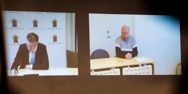 Åklagare Jens Göransson och den häktade med på videolänk under fredagens häktningsförhandling. Susanne Lindholm/TT / TT NYHETSBYRÅN