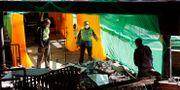 Universitetsanställda röjer i förstörelsen på Hongkongs polytekniska universitet.  Vincent Thian / TT NYHETSBYRÅN