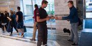 Unga arbetssökande får kölappar av väktare på arbetsförmedlingen i Solna.  Fredrik Sandberg/TT / TT NYHETSBYRÅN