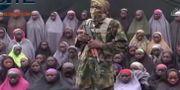 Tv-bilden visar en påstådd Boko Haram-militär med vad som sägs vara några av de bortförda Chibokflickorna. Det är oklart när bilden tagits. TT / NTB Scanpix