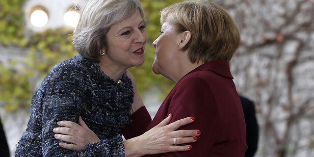 Finansminister Philip Hammond varnar Tyskland för att straffa britterna i brexitförhandlingarna. Arkivbild på Storbritanniens premiärminister Theresa May och Tysklands Angela Merkel. TT