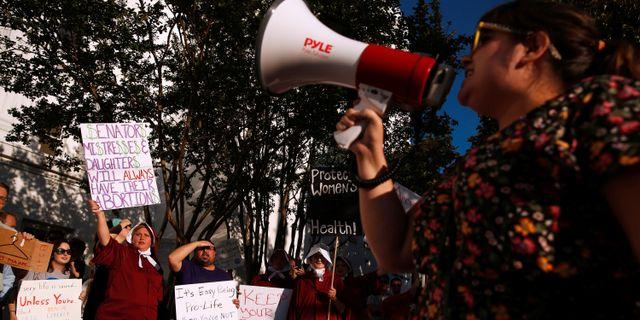 En abortvänlig demonstration utanför senatshuset i Alabamas delstatshuvudstad Montgomery.  CHRISTOPHER ALUKA BERRY / TT NYHETSBYRÅN
