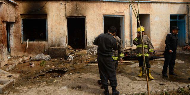 Afghanska säkerhetsstyrkor undersöker platsen där den ena gärningsmannen detonerade en bomb.  HOSHANG HASHIMI / AFP