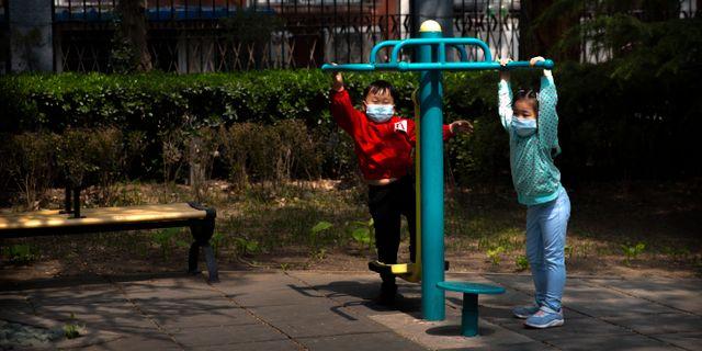 Barn i Peking leker. Mark Schiefelbein / TT NYHETSBYRÅN