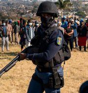 Polis patrullerar ett område i Sydafrika. Shiraaz Mohamed / TT NYHETSBYRÅN