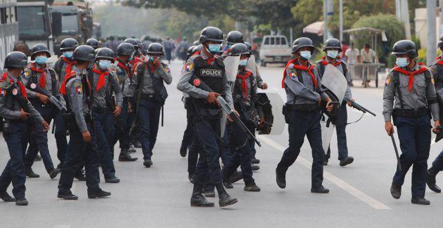 Beväpnad polis i Myanmar.  Aung-Shine / TT NYHETSBYRÅN