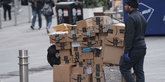 Många människor i New York beställer nu hem varor fö att slippa gå ut.  Carlo Allegri / TT NYHETSBYRÅN