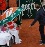 Tennisstjärnan Victoria Azarenka under paraplyet. Alessandra Tarantino / TT NYHETSBYRÅN