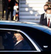 USA:s president Joe Biden i en taxi på väg till Nato-toppmötet i Bryssel.   Olivier Hoslet / TT NYHETSBYRÅN