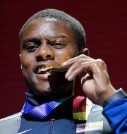 Christian Coleman biter i sin guldmedalj han fick 2019.  Nariman El-Mofty / TT NYHETSBYRÅN