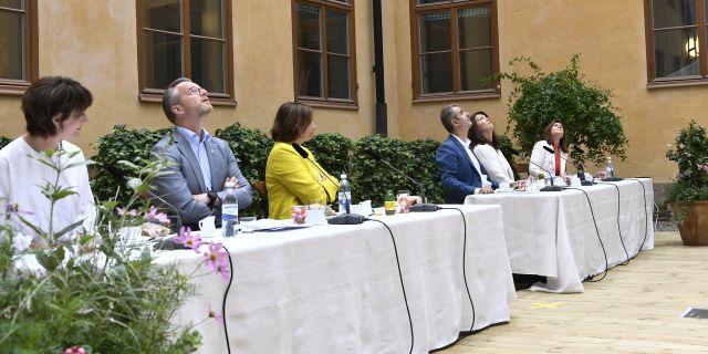 Ministrarna blickar upp mot ljudet. ALI LORESTANI/TT / TT NYHETSBYRÅN