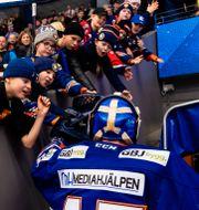 Växjös målvakt Viktor Andrén hälsar på fans före pandemin. Bilden är tagen 26 december 2019.  JONAS LJUNGDAHL / BILDBYRÅN