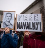 Demonstranter kräver att Navalnyj släpps fri. Markus Schreiber / TT NYHETSBYRÅN