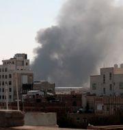 Röken stiger mot skyn efter luftangreppet mot Sanaa. Hani Mohammed / TT NYHETSBYRÅN
