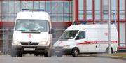 """Ambulans transporterar personer som smittats av viruset i Ryssland.  AGENCY OF CITY NEWS """"MOSKVA\ / TT NYHETSBYRÅN"""