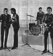 En tjej spelar in en video till Tiktok/The Beatles. TT