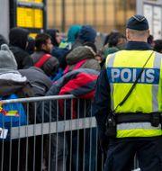 Poliser som bevakar migranter. Arkivbild.  Johan Nilsson/TT / TT NYHETSBYRÅN