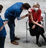 En kvinna vaccineras i Prag.  Petr David Josek / TT NYHETSBYRÅN