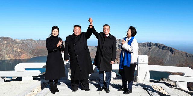 Nordkoreas president Kim Jong-Un och Sydkoreas president Moon Jae-In. TT NYHETSBYRÅN/ NTB Scanpix