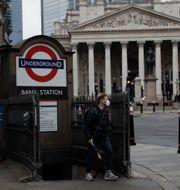 Bank of England i bakgrunden.  Matt Dunham / TT NYHETSBYRÅN